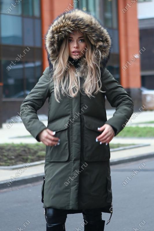 Пуховик с накладными карманами и мехом енота