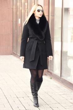 Черное короткое пальто с песцом зима 2019-2020