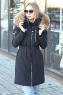 Зимняя женская куртка с капюшоном и мехом черная