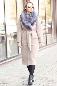 Бежевое пальто с меховым воротником из чернобурки на зиму 2019