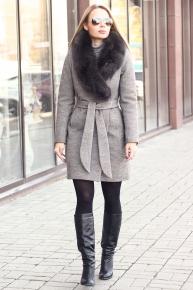 Короткое пальто с мехом песца приталенное