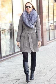 Шерстяное пальто с поясом и мехом на воротнике
