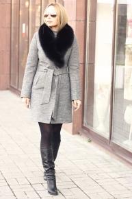 Модное короткое пальто с песцом зима 2020