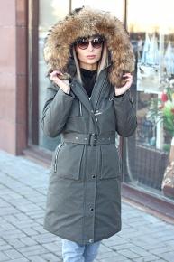 Женская куртка красивого цвета с мехом