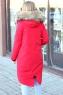 Модный пуховик с мехом красного цвета